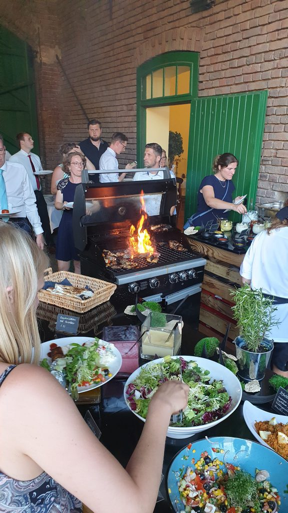 Grillparty Buffet gesunder Salat Hochzeitsfeier Burghof Kommern