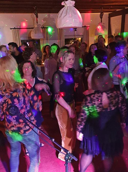tanzen-lachen-party-buntes-licht