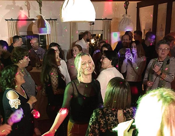 tanzen-feiern-lachen-singen-geburtstagsfeier