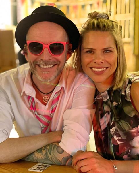 Mann mit schwarzen Hut pink farbene Sonnenbrille