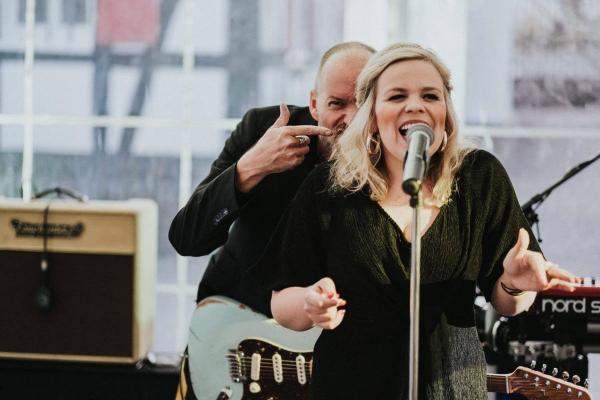 Hochzeitsband Sängerin Gitarrist Singen Gitarrenverstärker