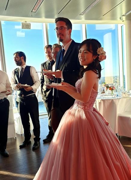 pink farbenes Hochzeitskleid Brautpaar Braut Bräutigam Hochzeitsskuchen Hochzeitsfeier