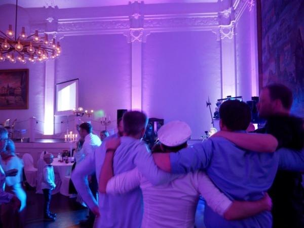 tanzende Menschen bei einer Hochzeitsfeier